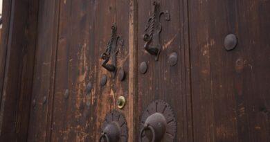 Tarihi konakların ahşap kapıları restore ediliyor